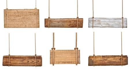 白い背景の上ロープにぶら下がっている様々 な空の木製標識のコレクション