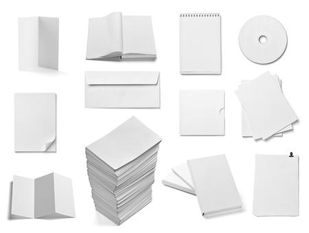 verzameling van verschillende blanco wit papier en boek op witte achtergrond elk afzonderlijk wordt neergeschoten Stockfoto