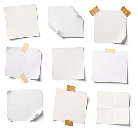 verzameling van verschillende witte notitieblaadjes op een witte achtergrond elk afzonderlijk neergeschoten