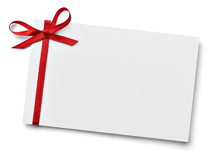 白い背景の上のリボンの弓とノートカードのクローズ アップ