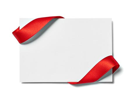 close up van een notitie kaart met lint strik op witte achtergrond