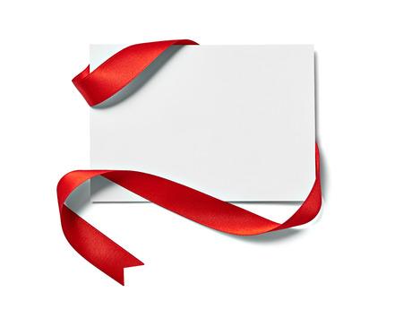 Close up di una nota carta con fiocco nastro su sfondo bianco Archivio Fotografico - 22662861
