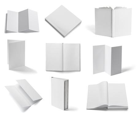 흰색 배경에 다양 한 빈 흰색 종이와 책의 컬렉션 각자를 개별적으로 찍은 사진입니다