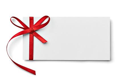 invitación a fiesta: cerca de una tarjeta de nota con arco de la cinta en el fondo blanco Foto de archivo