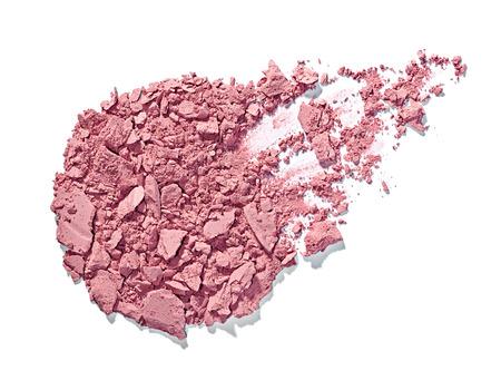 Nahaufnahme von einem Make-up-Pulver und einem Pinsel auf weißem Hintergrund