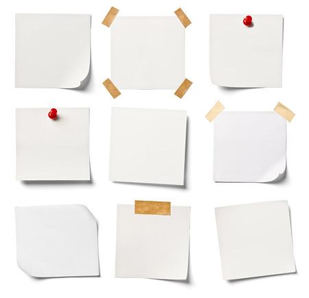 tack board: colecci�n de varios documentos de nota blanca sobre fondo blanco cada uno recibe un disparo por separado Foto de archivo