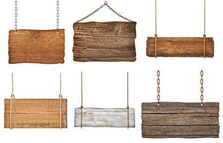 señales preventivas: colección de varias señales de madera vacías colgando de una cuerda y la cadena en el fondo blanco cada una se dispara por separado
