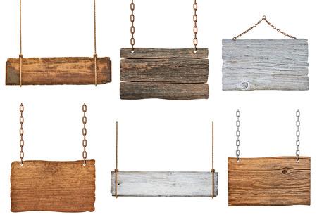 Sammlung von verschiedenen leere Holzschilder hängen an einem Seil und Kette auf weißem Hintergrund Jeder wird separat erschossen Standard-Bild - 26344185