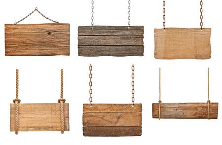 colecci�n de varias se�ales de madera vac�as colgando de una cuerda y la cadena en el fondo blanco cada una se dispara por separado photo