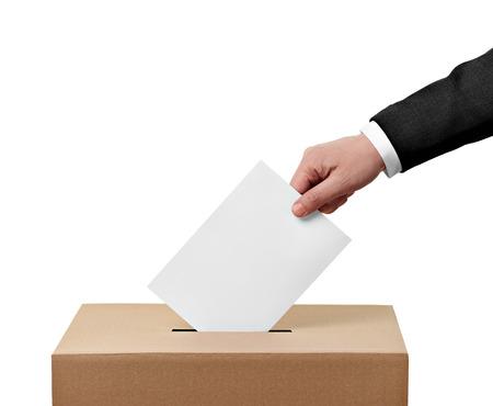 encuestando: primer plano de una urna y voto de calidad en el fondo blanco