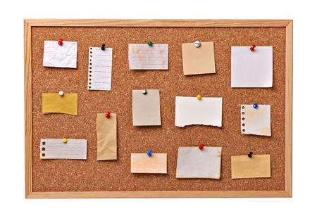 corcho: Cerca de papeles de nota en un panel de corcho