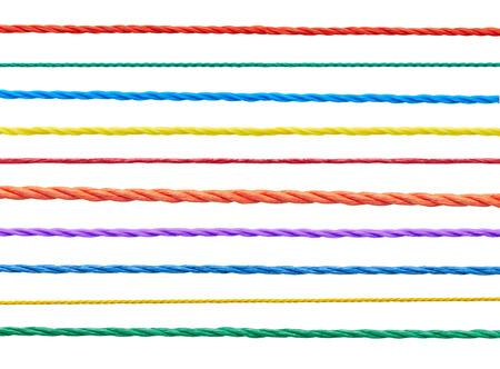 hilo rojo: colección de diversas cadenas sobre fondo blanco cada uno es asesinado por separado Foto de archivo