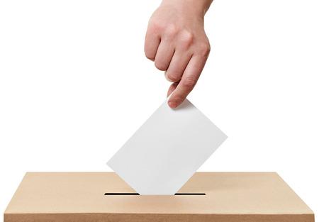 encuestando: Cerca de una urna y voto de calidad en el fondo blanco Foto de archivo