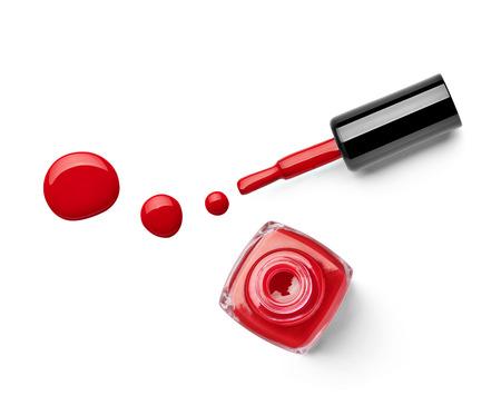 flacon vernis � ongle: pr�s d'une bouteille de vernis � ongles et chute sur fond blanc