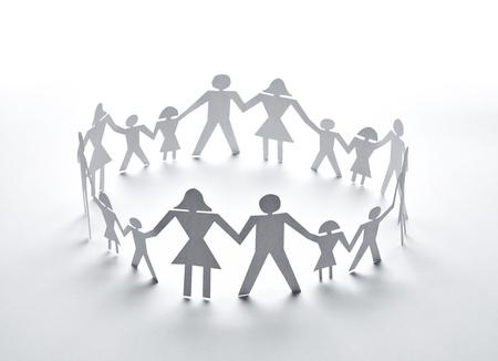 manos unidas: de cerca de la gente de papel en el fondo blanco