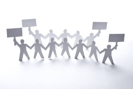 conflictos sociales: cerca de papel gente cae en el fondo blanco Foto de archivo