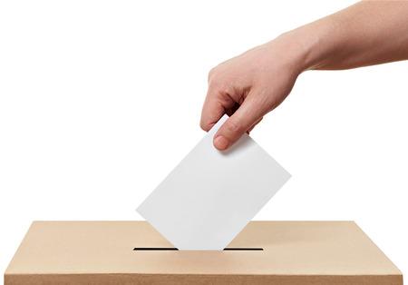 close up van een stembus en beslissende stem op een witte achtergrond