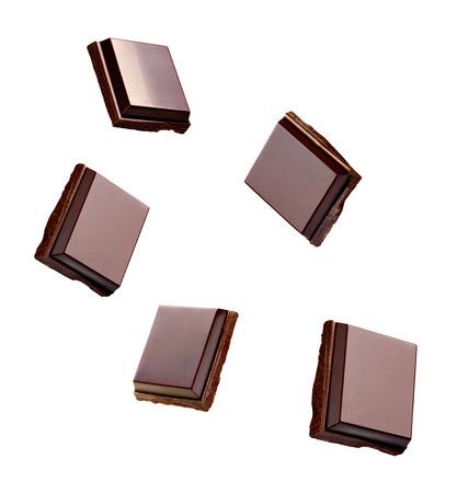 白い背景の上のチョコレートのクローズ アップ