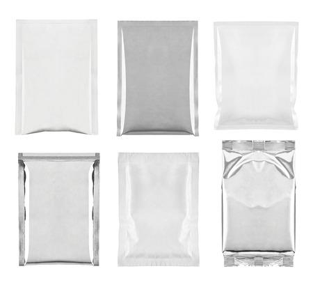 verzameling van verschillende witte en aluminium zak en pakketten op een witte achtergrond. elk afzonderlijk wordt neergeschoten