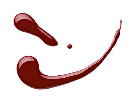 flacon vernis � ongle: Gros plan d'une bouteille de vernis � ongles et de baisse sur fond blanc