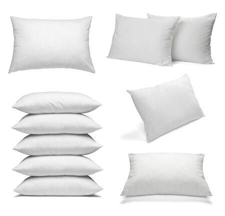 raccolta di vari cuscini bianchi su sfondo bianco. ognuno è girato separatamente