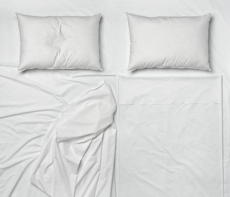 cama: tiro del estudio de s�banas y almohadas de cama