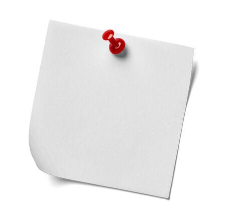 papel de notas: Cerca de una nota de papel con un alfiler rojo sobre fondo blanco