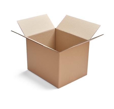 stretta di una scatola di cartone su sfondo bianco