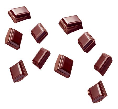 Cerca de la pila de piezas de chocolate cayendo sobre fondo blanco Foto de archivo - 88842776