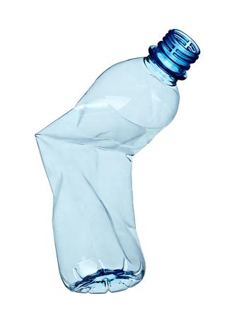 cerca de una botella de plástico sobre fondo blanco
