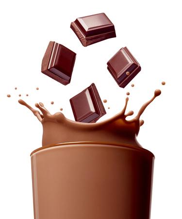 Sluit omhoog van chocolademelkplons in glas en chocoladestukken op witte achtergrond