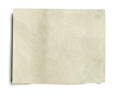 Chiuda in su del pezzo di carta di notizie su priorità bassa bianca