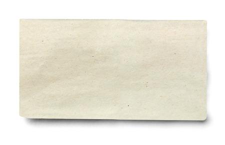 Cerca de un trozo de periódico sobre fondo blanco.