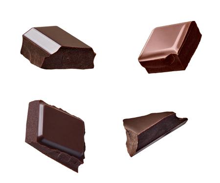 Nahaufnahme von Schokoladenstücken, die auf weißen Hintergrund fallen Standard-Bild