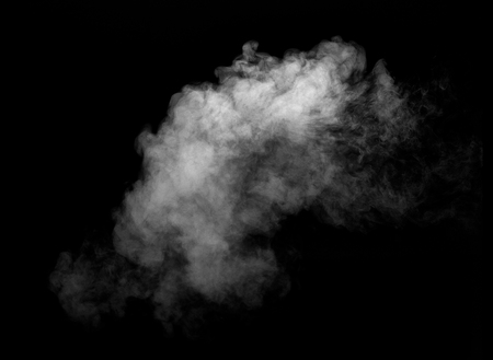 zbliżenie dymu parowego na czarnym tle