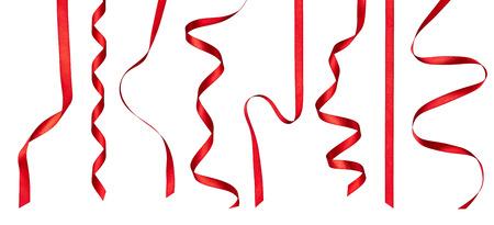 verzameling van verschillende stukken rood lint op een witte achtergrond. elk wordt afzonderlijk geschoten Stockfoto