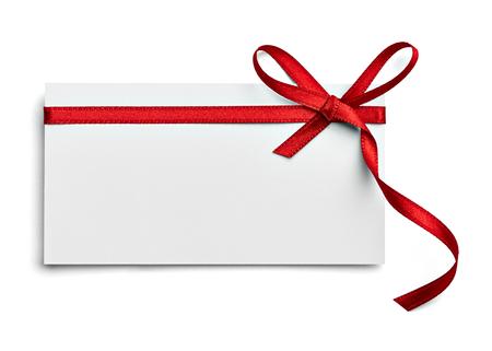 Nahaufnahme einer Notizkarte mit roter Schleife auf weißem Hintergrund Standard-Bild