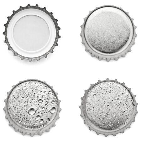 Sammlung verschiedener Kronkorken auf weißem Hintergrund