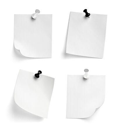 zbiór różnych papierów do notatek z pinezką na białym tle