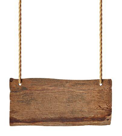 hölzernes leeres Zeichen, das mit Kette und Seil auf weißem Hintergrund hängt