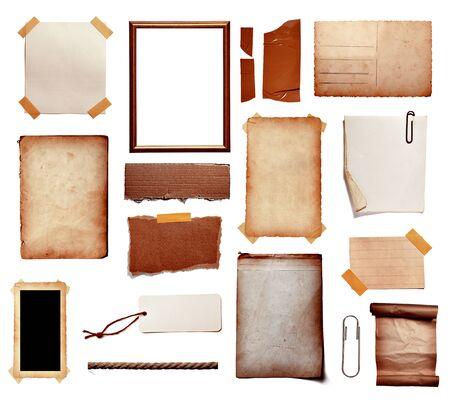 Colección de varios papeles de nota vintage, cinta, etiqueta de precio, cartel de madera sobre fondo blanco. Foto de archivo