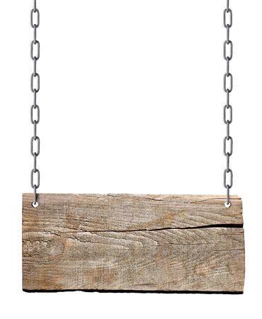 Cartel de madera en blanco colgando con cadena y cuerda sobre fondo blanco. Foto de archivo