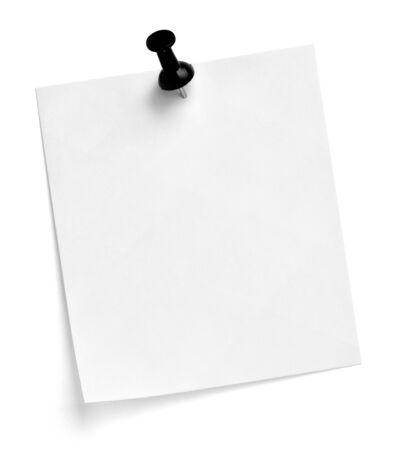 Nahaufnahme eines Briefpapiers mit einer Stecknadel auf weißem Hintergrund Standard-Bild