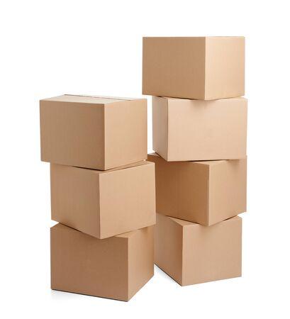 Cerca de una caja de cartón sobre fondo blanco.