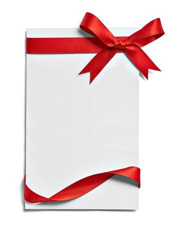 zbliżenie karty notatki z kokardą z czerwoną wstążką na białym tle