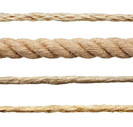 Gros plan d'une chaîne de corde sur fond blanc Banque d'images