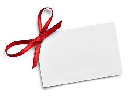 zbliżenie karty notatki z kokardą z czerwoną wstążką na białym tle Zdjęcie Seryjne