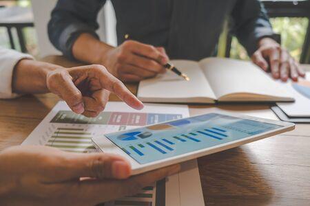 L'équipe commerciale réfléchit et discute avec des données financières et un graphique de rapport. Concept de travail de réunion de travail d'équipe.