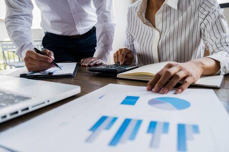 Brainstorming del team aziendale e discussione con dati finanziari e grafico di report. Concetto di lavoro di riunione di lavoro di squadra.