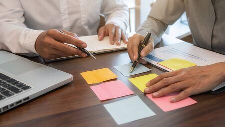 Brainstorming und Diskussion des Geschäftsteams mit Finanzdaten und Berichtsdiagrammen. Teamwork-Meeting-Arbeitskonzept. Standard-Bild